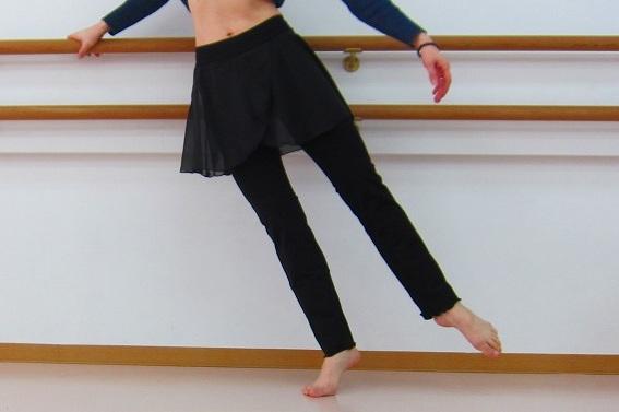 スカート付 パンツ★見た目すっきり♪女性らしいシルエット☆ふんわりシフォン巻きスカート付きストレッチパンツ